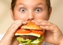 bambini che mangiano troppo